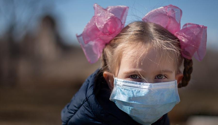Девочка школьного возраста в маске