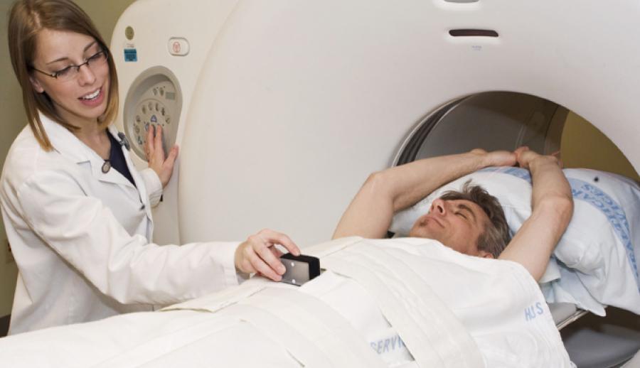 Мужчина лежит в томографе