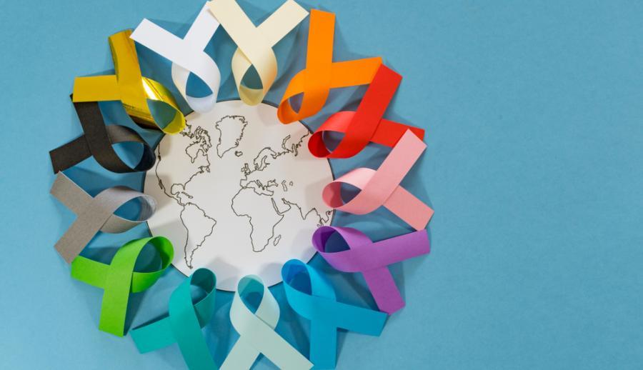 Ленты, символизирующие заболевания раком вокруг глобуса