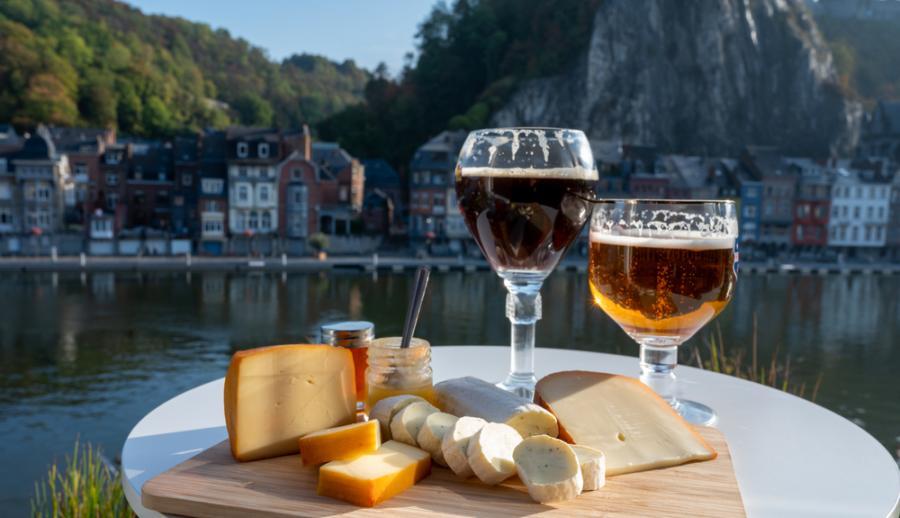 Бокал крепкого бельгийского аббатского пива и дегустация сыров